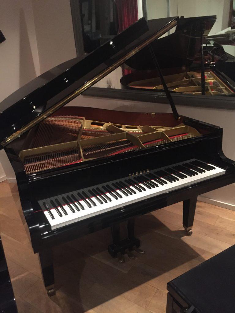 achat de piano num rique piano droit pas cher piano. Black Bedroom Furniture Sets. Home Design Ideas